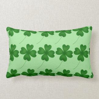 Tréboles afortunados del día de St Patrick lindo Cojín Lumbar