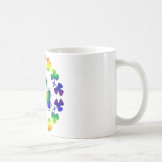 Tréboles afortunados irlandeses del arco iris del  taza básica blanca