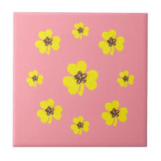 Tréboles amarillos rosados y amarillos de la azulejo cuadrado pequeño