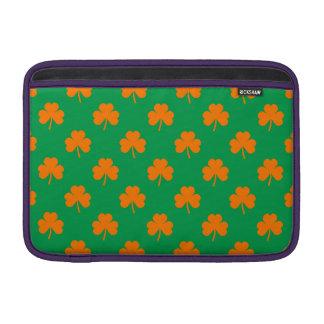 Tréboles anaranjados del corazón en St Patrick Funda MacBook