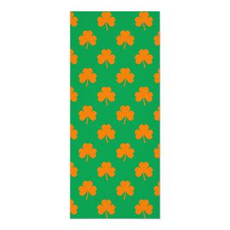 Tréboles anaranjados del corazón en St Patrick Invitacion Personalizada