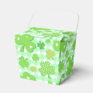 Tréboles con el modelo verde de la guinga caja para regalos de fiestas