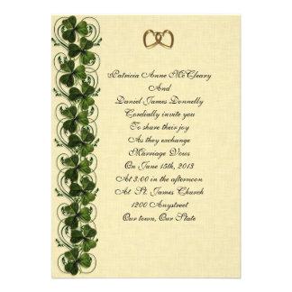 Tréboles elegantes de la invitación irlandesa del