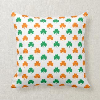 Tréboles en forma de corazón verdes anaranjados en cojines