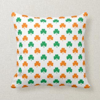 Tréboles en forma de corazón verdes anaranjados en almohadas