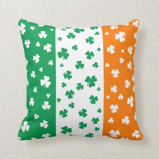Tréboles irlandeses afortunados cojín decorativo