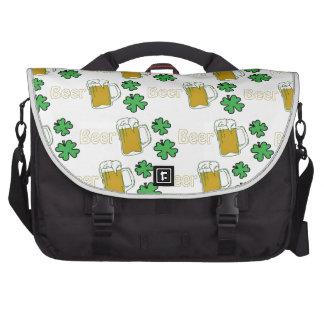 Tréboles irlandeses de la cerveza bolsas de ordenador