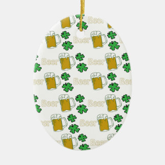 Tréboles irlandeses de la cerveza ornato