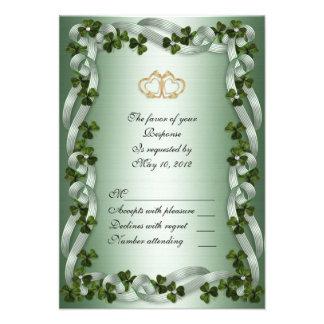 Tréboles irlandeses de la tarjeta de RSVP que se c Invitación