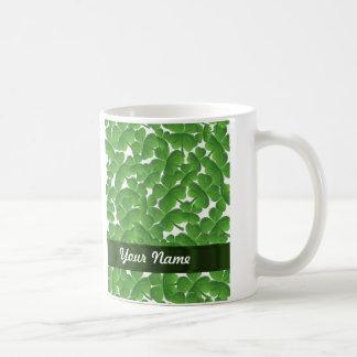 Tréboles irlandeses verdes personalizados taza básica blanca