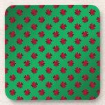 Tréboles rojos en fondo verde posavaso