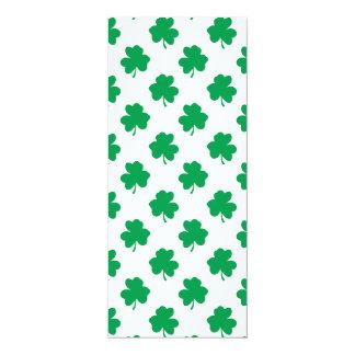 Tréboles verdes en el trébol del día de St Patrick Invitaciones Personalizada