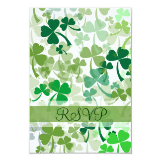 Tréboles verdes por todo la tarjeta de RSVP Anuncio