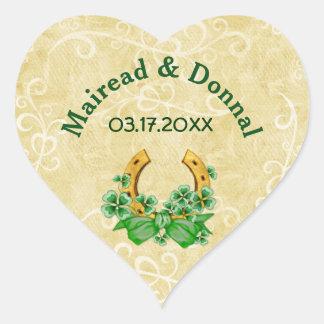 Tréboles y boda irlandés del oro pegatina en forma de corazón