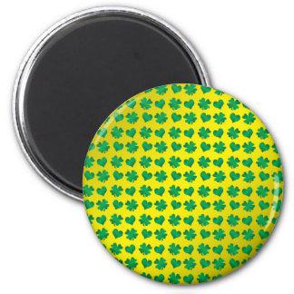 Tréboles y corazones del verde amarillo imán redondo 5 cm