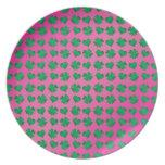 Tréboles y corazones verdes rosados plato
