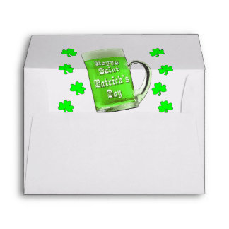 Tréboles y el día de St Patrick verde de la cervez Sobres