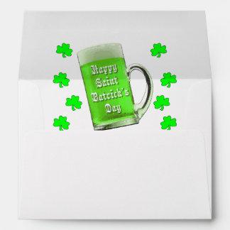 Tréboles y el día de St Patrick verde de la cervez
