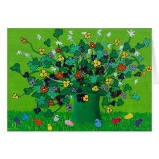 Tréboles y flores y polluelos tarjeta de felicitación