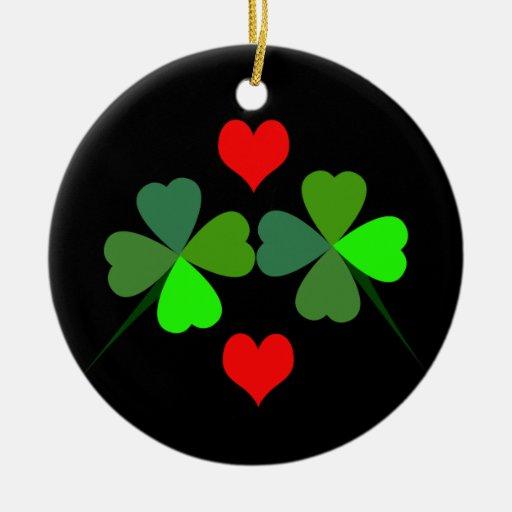 Tréboles y ornamento rojo de los corazones adorno de navidad