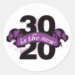 Treinta es los nuevos veinte - púrpura pegatina
