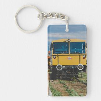 Tren amarillo llavero rectangular acrílico a doble cara