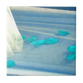 Tren azul del vestido de boda de los pétalos color azulejo cuadrado pequeño