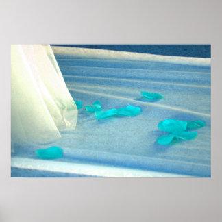Tren azul del vestido de boda de los pétalos color posters