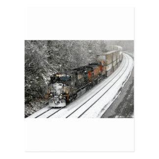 Tren con rumbo al oeste en nieve postales