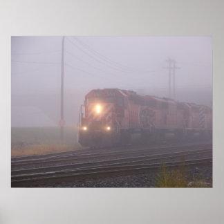 Tren de carga que corre en niebla de la mañana impresiones