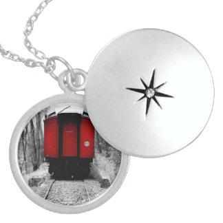 Tren de ferrocarril negro y rojo de la herencia pendientes