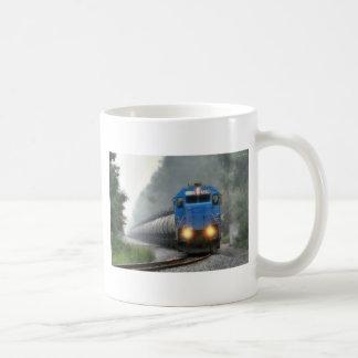 Tren del etanol en la niebla taza clásica