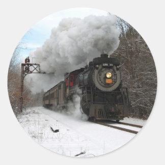 Tren del vapor en invierno pegatina redonda