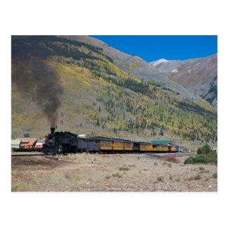 Tren del vapor que sale de la ciudad postal