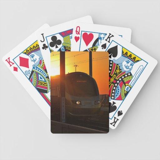 Tren en la puesta del sol baraja de cartas bicycle