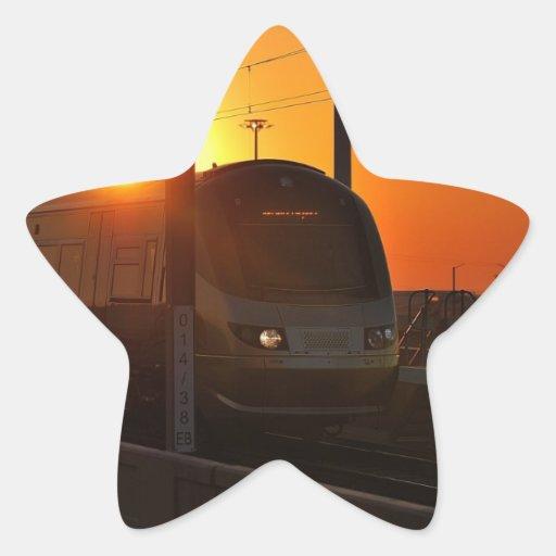 Tren en la puesta del sol pegatina en forma de estrella