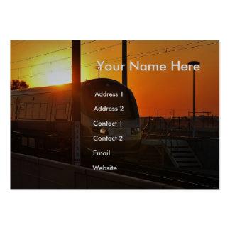 Tren en la puesta del sol tarjetas de visita grandes