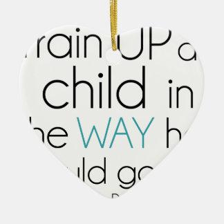 Tren encima de un niño… adorno navideño de cerámica en forma de corazón