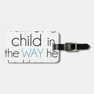 Tren encima de un niño… etiquetas para maletas