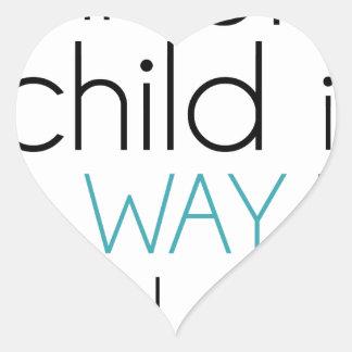 Tren encima de un niño… pegatina en forma de corazón