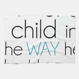 Tren encima de un niño… toalla de cocina