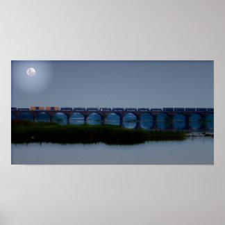 Tren iluminado por la luna - puente de Rockville Poster