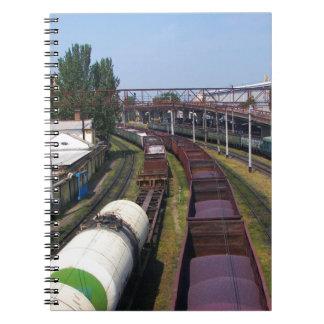 Tren increíblemente largo del cargo libreta espiral