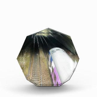 Tren púrpura, pistas ferroviarias, túnel, viajando