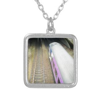 Tren púrpura, pistas ferroviarias, túnel, viajando collar plateado
