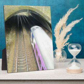 Tren púrpura, pistas ferroviarias, túnel, viajando placas de plastico
