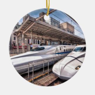 Trenes de bala japoneses en la estación de Tokio Adorno Navideño Redondo De Cerámica
