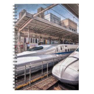 Trenes de bala japoneses en la estación de Tokio Cuaderno