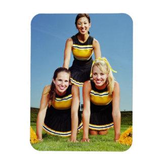 Tres animadoras que forman la pirámide humana ence iman de vinilo