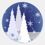 Tres árboles de navidad en azul etiquetas redondas